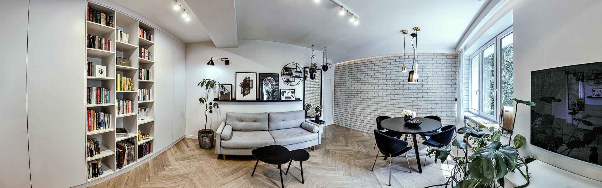 Bardzo przestronna szafa na szczytowej ścianie (na zdj. po lewej), dla niepoznaki przepleciona książkowym regałem, dobrze wkomponowuje się we wnętrze salonu.