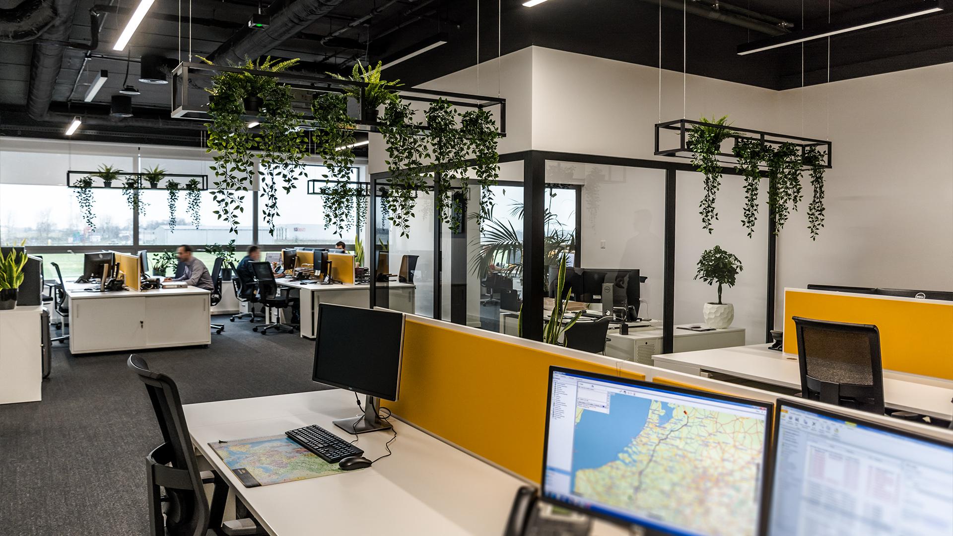 W środkowej części open space wydzieliliśmy przeszklony pokój dla menadżera, zapewniający optymalny komfort bez utraty kontaktu wizualnego z zespołem.