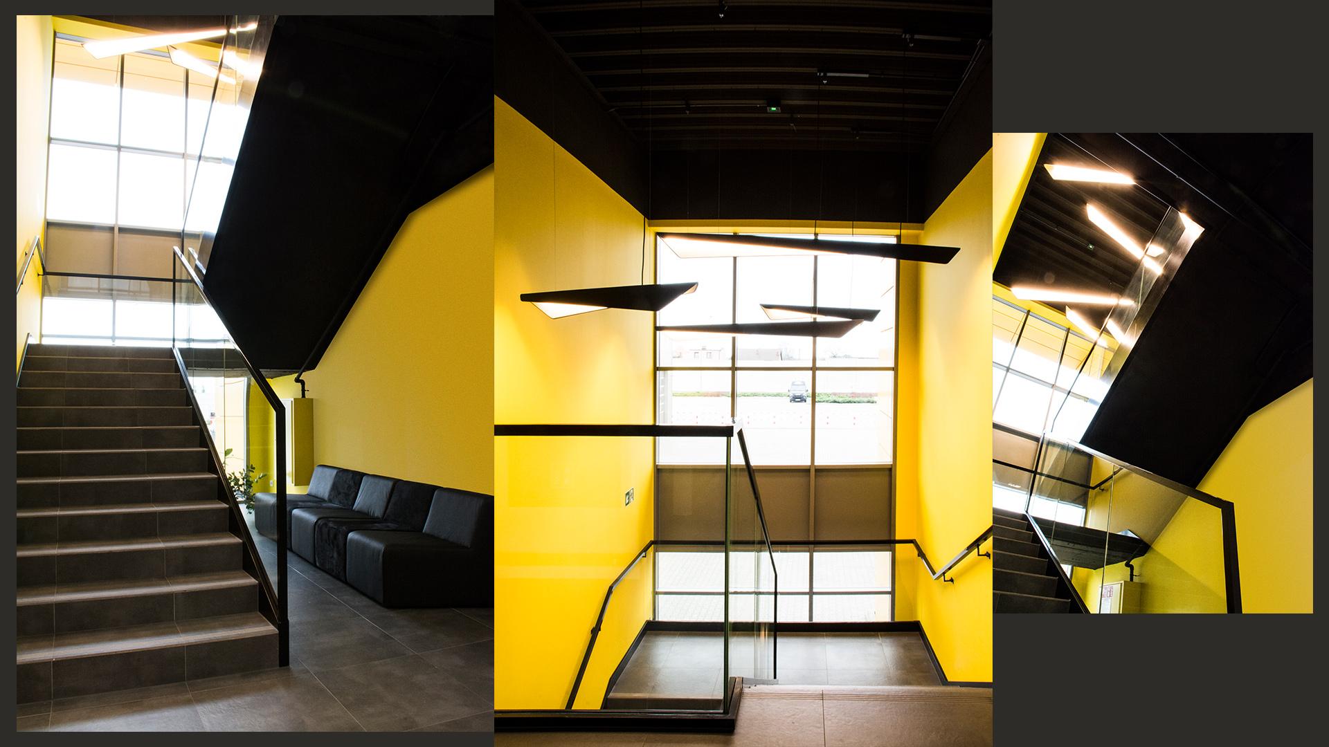 Klatka schodowa ma mocne akcenty kolorystyczne: żółte ściany kontrastują z pozostałymi czarnymi elementami wyposażenia. Pod schodami – autorska modułowa sofa, realizowana na wymiar.