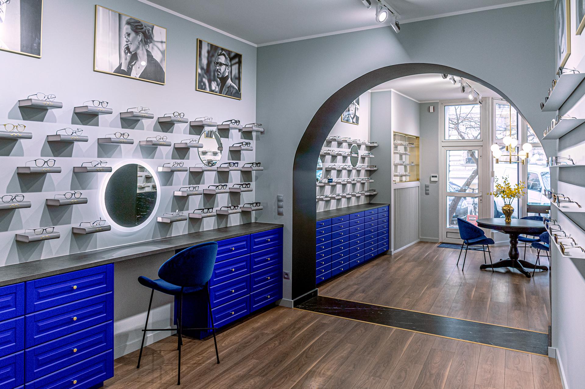 Wmontowane w ekspozycję podświetlane lustra ułatwiają klientom salonu wybór jego oferty.