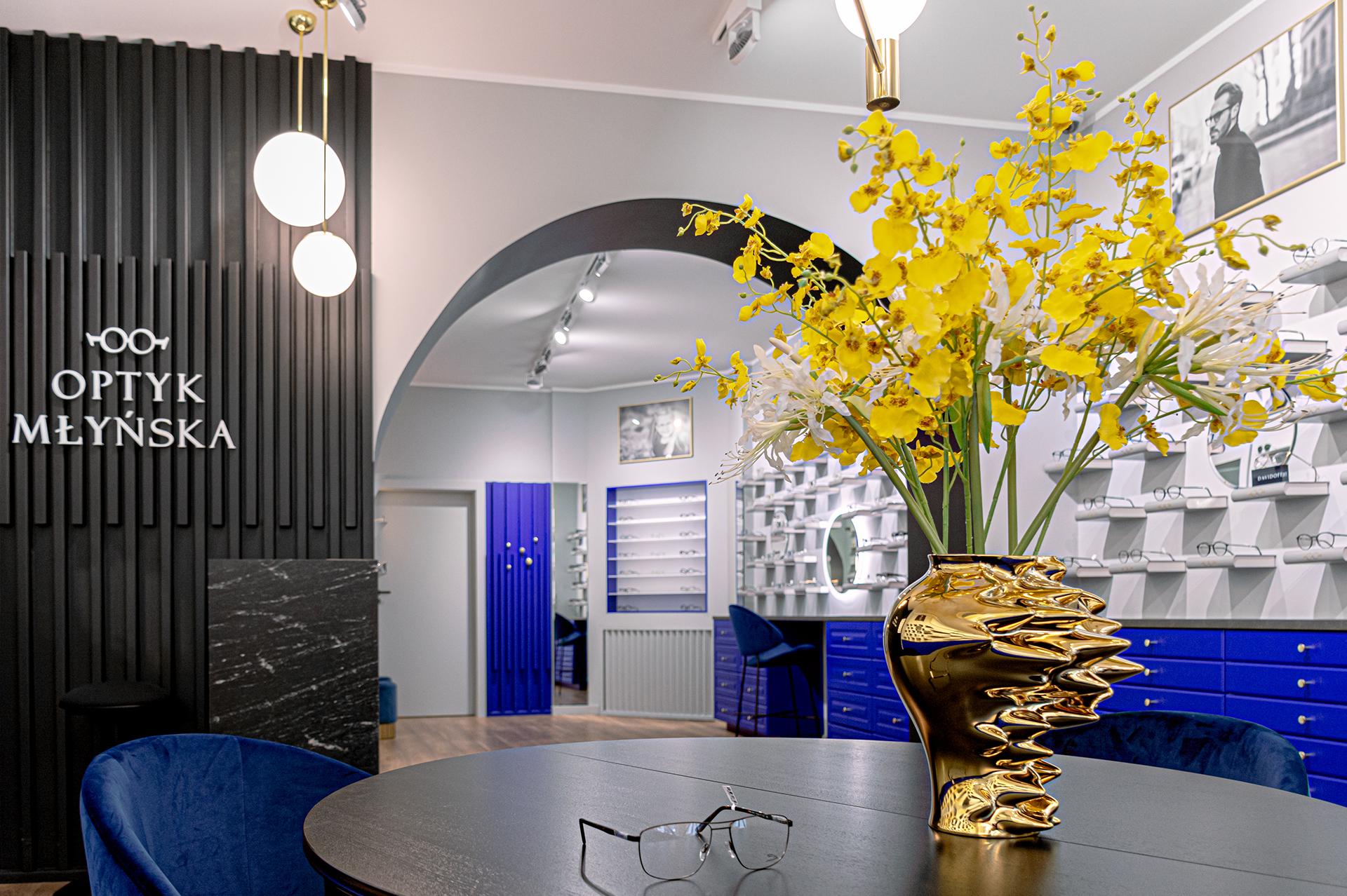Odważne dekoracje i mocna kolorystyka dają gwarancję, że wnętrz tego salonu trudno pomylić z jakimkolwiek innym.