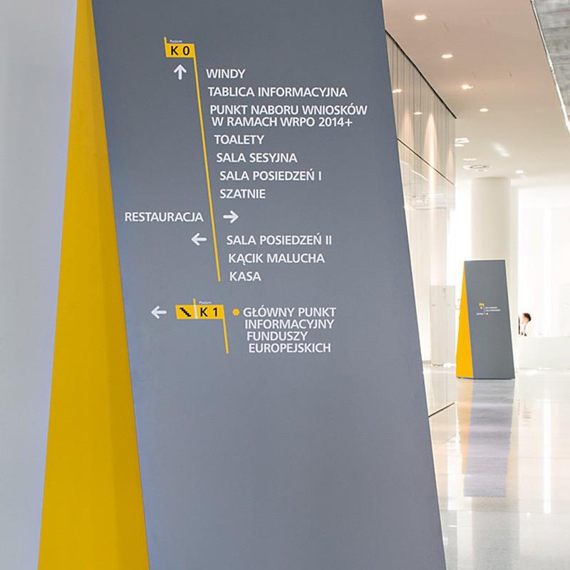 Architekci wnętrz zaprojektowali system oznakowania wewnętrznego (tzw. wayfinding) dla biurowca Urzędu Marszałkowskiego Województwa Wielkopolskiego