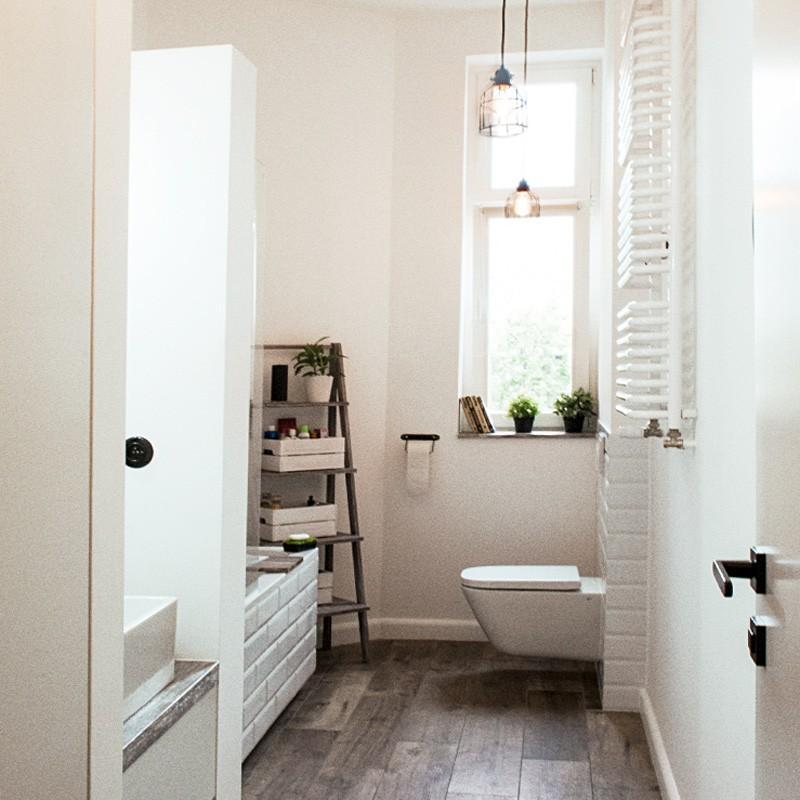 Projektanci wnętrz zmierzyli sięz trudnym zadaniem urządzenia długiej i wąskiej łazienki w starym budownictwie